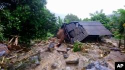 13일 베트남 북부 호아빈에서 폭우와 산사태로 집이 무너졌다.