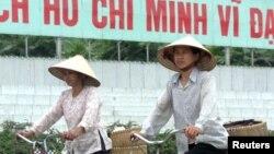 Người đi xe đạp ở Hà Nội.