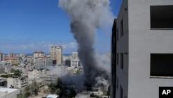 加沙市遭以色列导弹袭击后,城中升起浓烟(2014年7月18日)