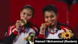 Ganda putri Greysia Polii dari dan Apriyani Rahayu berhasil meraih medali emas di kejuaraan bulu tangkis Olimpiade Tokyo 2020.. (Foto: REUTERS/Hamad I Muhammad)