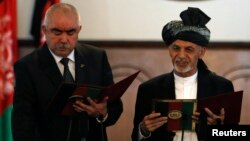 Afg'oniston Prezidenti Ashraf G'ani Ahmadzoy Vitse-prezident Abdul Rashid Do'stum bilan G'anining qasamyod marosimida. Kobul, 29-sentabr, 2014.