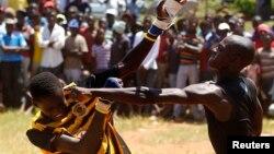 Combat traditionnel au cours de Musangwe, l'âge auquel des garçons sont initiés à l'art de se défendre, au village de Gaba, dans la province de Limpopo, le 22 décembre 2011.