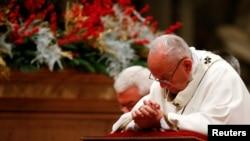 프란치스코 로마 가톨릭 교황이 24일 바티칸 성베드로대성당에서 성탄 성야미사를 집전하고 있다.