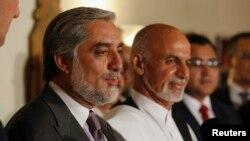 阿富汗总统竞选对手阿卜杜拉(——左)和阿什拉夫•加尼在7月12日共同宣布审核计划