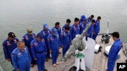 印尼海事警察在搜救前祈祷