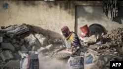 Habiba concasse des gravats, à N'djamena, le 13 avril 2021.