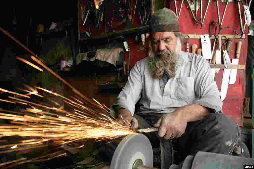 آهنگر در کوچۀ کاه فروشی کابل