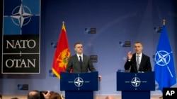 北约秘书长斯托尔滕贝格(右)与黑山共和国副总理兼外交部长卢克希奇在布鲁塞尔的北约总部召开记者会。 (2015年12月2日)