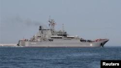 Entre los buques rusos habría dos barcos de asalto, un petrolero y un navío de escolta, según Interfax.