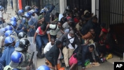 Polisi ya Zimbabwe isanzaza abanywanyi ba MDC