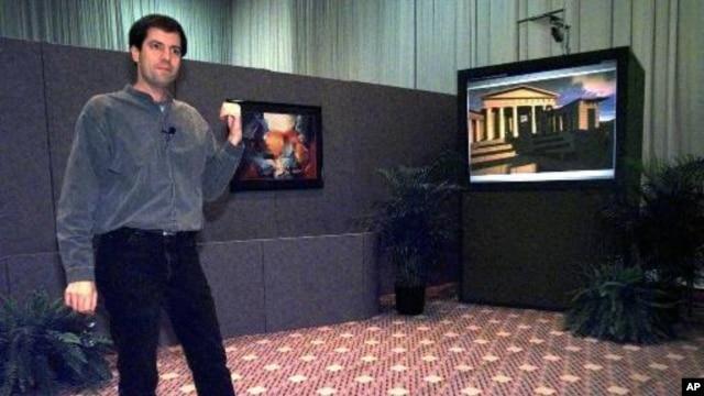 Mark Lucente, peneliti IBM, menggunakan layar monitor besar menunjukkan komputer percobaan yang menggunakan teknologi yang kelak bisa mendengar suara dan menganalisisnya, serta mampu mencium (foto: Dok).