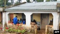 Ở Malawi bạn bè tụ tập lại để nghe Reality Radio, một chương trình phát thanh về các câu chuyện thực tế về nguy cơ bị nhiễm HIV/AIDS