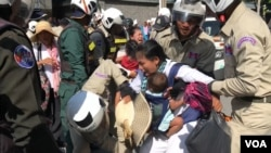 Securities and authorities are dragging the people who are embroiled in land dispute with Chinese company, doing the protest in front of Chinese embassy on 13 August 2019. (Kann Vicheika/VOA Khmer)