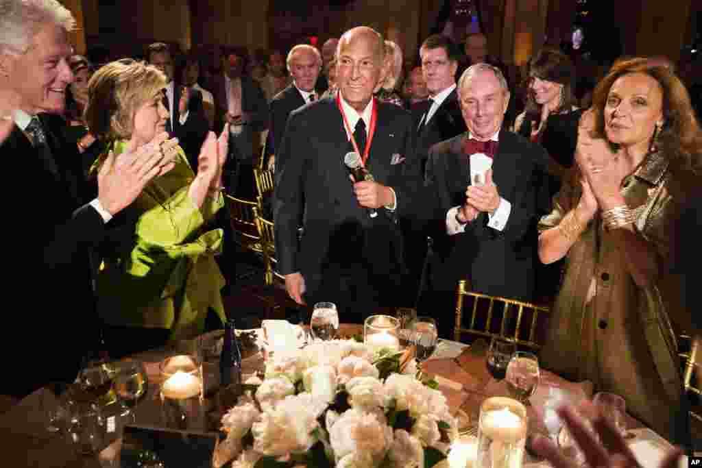 از چپ: بیل کلینتون رئیس جمهوری پیشین، هیلاری کلینتون وزیر خارجه پیشین، اسکار دلا رنتا طراح مد، مایکل بلومبرگ شهردار پیشین نیویورک و دایان فون فرستنبرگ طراح مد در جشن اعطای نشان درجه عالی – نیویوک، چهارم اردیبهشت ۱۳۹۳