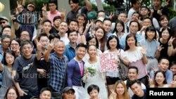 Henry Tong và Elaine To trong ngày cưới ở Hong Kong, ngày 4/8/2019. REUTERS/Kim Kyung-Hoon