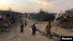 Anak-anak bermain di luar tempat tinggal sementara mereka di kamp pengungsi Afghanistan di Islamabad, Pakistan, 13 Februari 2020.
