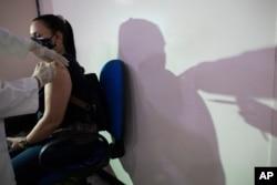 Žena se vakciniše vakcinom Sputnjik V u Venecueli, april 2021.
