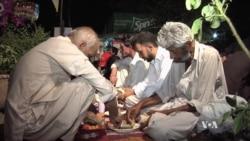 องค์กรการกุศลจัดโครงการอาหารค่ำฟรีให้ชาวปากีสถานยากจนในช่วงถือศีลอดเดือนรอมฎอน