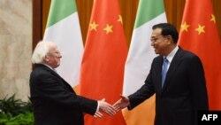 រូបឯកសារ៖ ប្រធានាធិបតីប្រទេសអៀរឡង់លោក Michael Higgins ចាប់ដៃស្វាគមន៍នាយករដ្ឋមន្ត្រីចិនលោក Li Keqiang នៅក្នុងវិមានរដ្ឋាភិបាលចិន ក្នុងក្រុងប៉េកាំង ប្រទេសចិន កាលពីថ្ងៃទី១០ ខែធ្នូ ឆ្នាំ ២០១៤។