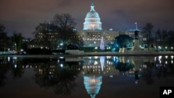 ساختمان کنگره ایالات متحده در شهر واشنگتن شب هنگام پس از حصول توافق میان قانونگذاران بر سر کمک اقتصادی مرتبط با کرونا. ۲۰ دسامبر ۲۰۲۰