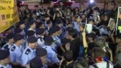 """香港七一示威者遭""""愛國暴徒""""圍攻毆打 (粵語)"""