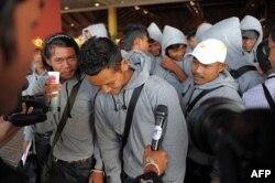 Pescadores camboyanos traficados como esclavos regresan de Indonesia tras ser liberados o haber escapado de condiciones de esclavitud en botes tailandeses, en el Aeropuerto Internacional de Phnom Penh, en diciembre del 2011.