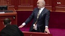 Tiranë: Kryeministri Rama goditet me vezë në parlament