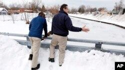 El gobernador de Nueva York, Andrew Cuomo (derecha), y el alcalde de Buffalo, Byron Brown observan la limpieza de la quebrada Cazenovia en el sur de la ciudad, que se prepara para posibles inundaciones.