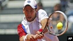 Setelah penampilan buruk pada set pertama, Novak Djokovic berhasil mengalahkan Juan Monaco, unggulan ke-14 (17/5).