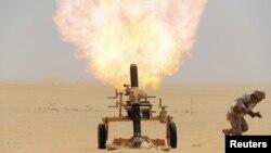 沙特军人在沙特-也门边界用迫击炮射击也门胡赛反政府武装的阵地