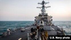 美國海軍約翰·麥凱恩號導彈驅逐艦2021年2月5日在南中國海進行常規航行行動。 (美國海軍第七艦隊)
