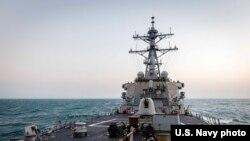 美國海軍約翰·麥凱恩號導彈驅逐艦2021年2月5日在南中國海進行常規航行行動。(美國海軍第七艦隊)