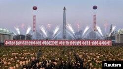 北韓中央通訊社(KCNA)在平壤發布的照片顯示2017年12月1日北韓軍隊在平壤金日成廣場舉行的關於火星15導彈發射成功的慶祝活動。