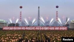 朝鲜中央通讯社(KCNA)在平壤发布的照片显示2017年12月1日朝鲜军队在平壤金日成广场举行的关于火星15导弹发射成功的庆祝活动。