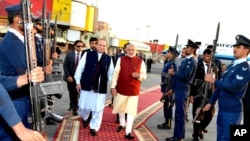 Ông Narendra Modi, phải, duyệt đội danh dự với Thủ tướng Pakistan Nawaz Sharif ở Lahore hôm 25/12.