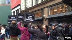 在紐約,抗議者湧向梅西百貨旗艦店,一度阻塞了交通。