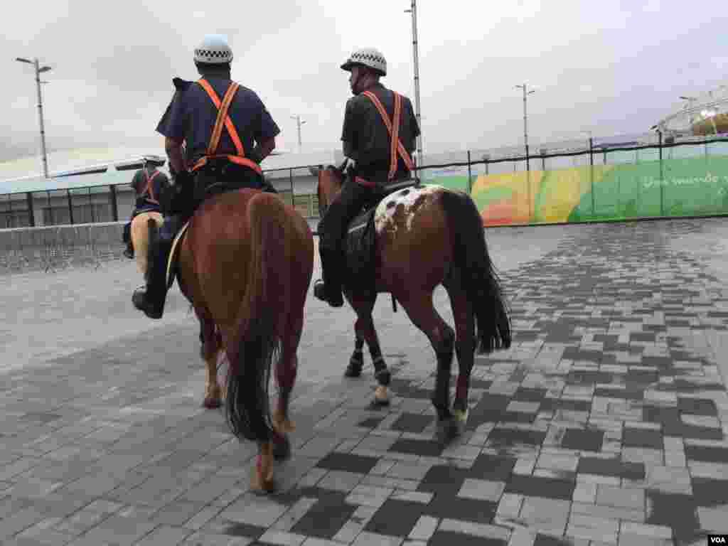 A caballo la policía recorre la ciudad para garantizar la seguridad.