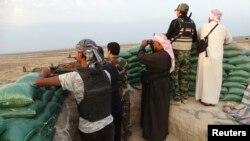 Combatientes tribales vigilan en Amriyat al-Falluja, provincia de Anbar en Irak.