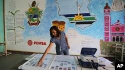 Una concejal prueba una máquina de votación en una mesa electoral en Caracas. Las elecciones municipales son este domingo.