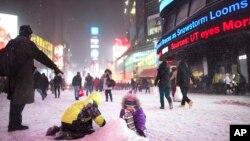 孩子们在纽约时报广场玩雪