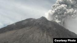 Rekaman letusan Merapi Jumat, 27 Maret 2020 dari kamera BPPTKG di Pasar Bubar, Puncak Merapi. (Foto: BPPTKG)