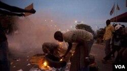Para pengunjuk rasa anti-pemeritah Senegal membakar ban dalam aksi protes yang semula bertujuan damai di ibukota Dakar (31/1).