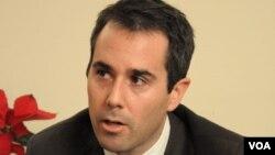 Phó Trợ Lý Ngoại Trưởng Hoa Kỳ phụ trách các vấn đề Dân chủ, Nhân quyền và Lao động Daniel B. Baer (Ảnh: Hoài Hương-VOA)