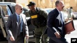 El teniente Brian Rice (izq.), llega a la corte con su abogado Mike Davey, el lunes antes de que el juez lo absolviera de cargos en relación a la muerte de Freddie Gray.