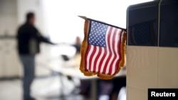 維吉尼亞州的一名選民領取他的選票。