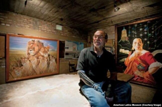 Jesse Trevino bên các tác phẩm nghệ thuật của mình. (Ảnh American Latino Museum)