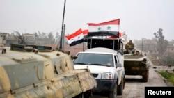 시리아 정부군 군용차와 탱크가 다마스쿠스 남부 마을을 지나고 있다. (자료사진)