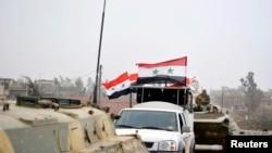 យុទ្ធជនដែលស្មោះស្ម័គ្រនឹងប្រធានាធិបតី Bashar Al-Assad ជិះរថយន្តទាហាន និងរថក្រោះ បន្ទាប់ពីបានគ្រប់គ្រងលើ Deir al-Adas ដែលជាទីក្រុងភាគខាងត្បូងរបស់រដ្ឋធានីដាម៉ាស។