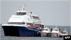 """Hành khách rời khỏi chiếc phà bị cưỡng chiếm """"Kartepe"""" ở biển Marmara, gần Istanbul, Thổ Nhĩ Kỳ, ngày 12 tháng 11, 2011"""