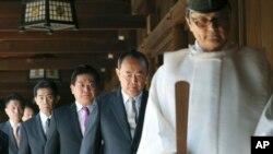 Seorang pendeta Shinto memimpin para anggota parlemen Jepang saat berziarah ke kuil perang Yasukuni di Tokyo, hari Selasa (22/4).